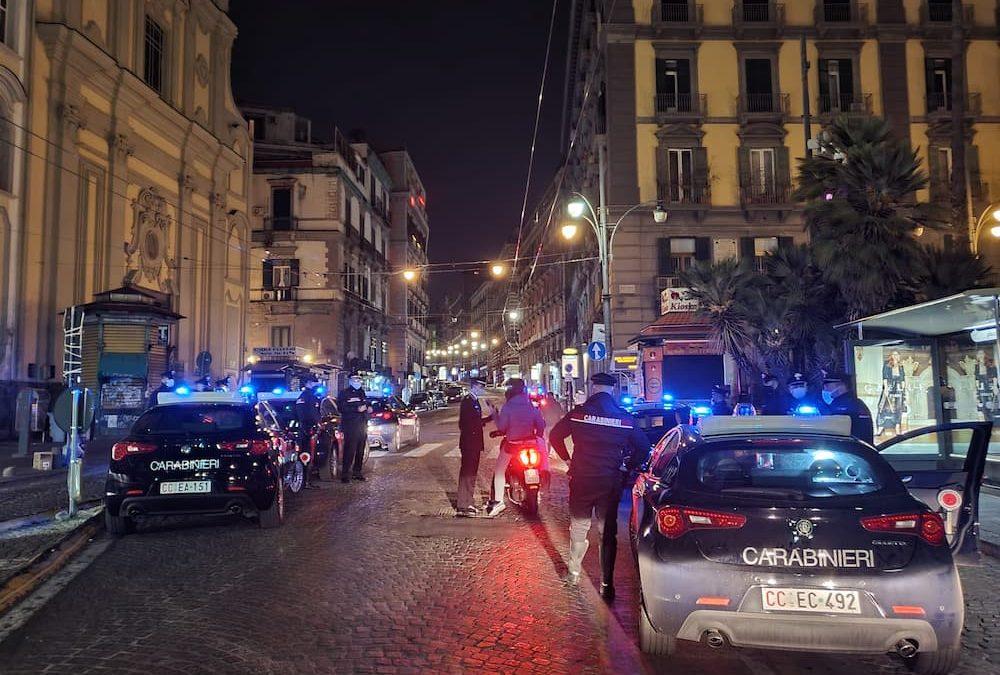 Napoli, piazza Dante: movida in piena pandemia, assembramento di più di 200 persone con musica e alcolici