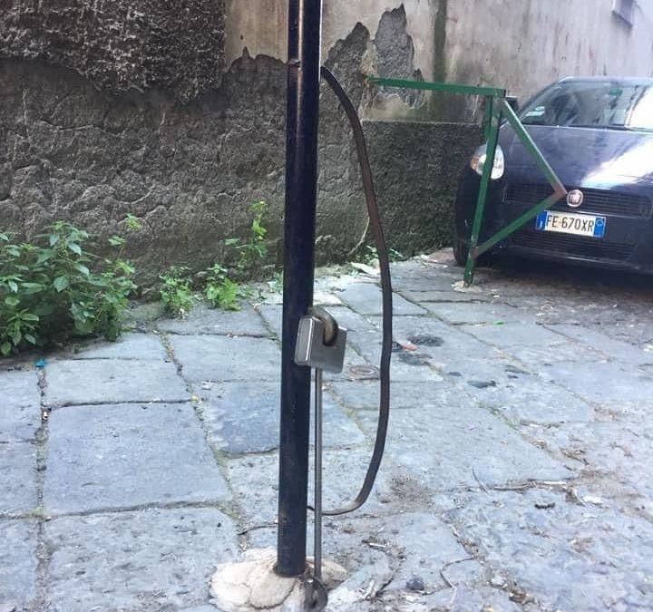 Napoli, rimossi 65 paletti abusivi
